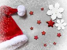 Άσπρη snowflakes Χριστουγέννων διακόσμηση στο γκρίζο υπόβαθρο Στοκ Εικόνα
