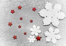 Άσπρη snowflakes Χριστουγέννων διακόσμηση στο γκρίζο υπόβαθρο Στοκ Φωτογραφίες
