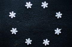 Άσπρη snowflakes Χριστουγέννων διακόσμηση στο μαύρο κατασκευασμένο υπόβαθρο Στοκ Φωτογραφία