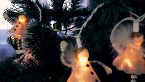 Άσπροι άγγελοι hange στο χριστουγεννιάτικο δέντρο Παραμονή Cristmas και νέο έτος εορταστικές Κλείστε επάνω το καρότσι που πυροβολ φιλμ μικρού μήκους