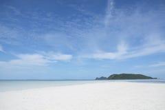 Άσπροι άμμος και μπλε ουρανός Στοκ Εικόνα