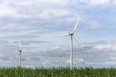 Άσπροι ανεμοστρόβιλοι που παράγουν την ηλεκτρική ενέργεια στην εναλλακτική ανανεώσιμη ενέργεια σταθμών αιολικής ενέργειας από τη  Στοκ φωτογραφία με δικαίωμα ελεύθερης χρήσης