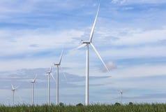 Άσπροι ανεμοστρόβιλοι που παράγουν την ηλεκτρική ενέργεια στην εναλλακτική ανανεώσιμη ενέργεια σταθμών αιολικής ενέργειας από τη  Στοκ φωτογραφίες με δικαίωμα ελεύθερης χρήσης