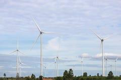 Άσπροι ανεμοστρόβιλοι που παράγουν την ηλεκτρική ενέργεια στην εναλλακτική ανανεώσιμη ενέργεια σταθμών αιολικής ενέργειας από τη  Στοκ εικόνες με δικαίωμα ελεύθερης χρήσης