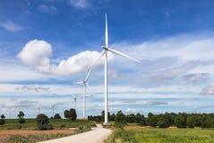 Άσπροι ανεμοστρόβιλοι που παράγουν την ηλεκτρική ενέργεια στην εναλλακτική ανανεώσιμη ενέργεια σταθμών αιολικής ενέργειας από τη  Στοκ Εικόνες