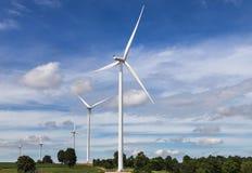Άσπροι ανεμοστρόβιλοι που παράγουν την ηλεκτρική ενέργεια στην εναλλακτική ανανεώσιμη ενέργεια σταθμών αιολικής ενέργειας από τη  Στοκ Φωτογραφίες