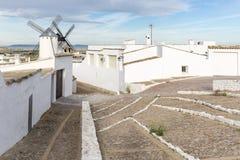 Άσπροι ανεμόμυλοι και Λευκοί Οίκοι Campo de Criptana στην πόλη, επαρχία Ciudad πραγματική, Ισπανία Στοκ φωτογραφία με δικαίωμα ελεύθερης χρήσης