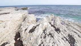 Άσπροι απότομοι βράχοι και μπλε θάλασσα κλίση που αλιεύει το μεσογειακό καθαρό τόνο θάλασσας Ακτή της Κύπρου απόθεμα βίντεο