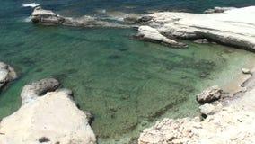 Άσπροι απότομοι βράχοι και μπλε θάλασσα κλίση που αλιεύει το μεσογειακό καθαρό τόνο θάλασσας Όμορφο τοπίο θάλασσας ακτών της Κύπρ απόθεμα βίντεο