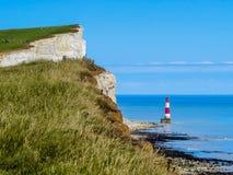 Άσπροι απότομοι βράχοι και Beachy επικεφαλής φάρος Στοκ εικόνες με δικαίωμα ελεύθερης χρήσης