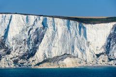 Άσπροι απότομοι βράχοι κιμωλίας του Ντόβερ στην Αγγλία στοκ εικόνα με δικαίωμα ελεύθερης χρήσης