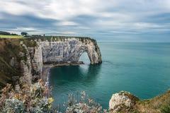 Άσπροι απότομοι βράχοι Etretat και της αλαβάστρινης ακτής, Νορμανδία, φράγκο στοκ εικόνες