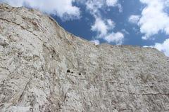 Άσπροι απότομος βράχος κιμωλίας και μπλε ουρανός Στοκ Φωτογραφίες