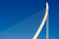 Άσπροι αφηρημένοι δομή και μπλε ουρανός γεφυρών Στοκ εικόνες με δικαίωμα ελεύθερης χρήσης