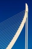 Άσπροι αφηρημένοι δομή και μπλε ουρανός γεφυρών Στοκ Εικόνες