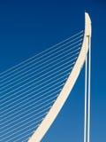 Άσπροι αφηρημένοι δομή και μπλε ουρανός γεφυρών Στοκ εικόνα με δικαίωμα ελεύθερης χρήσης