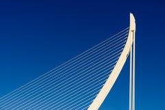 Άσπροι αφηρημένοι δομή και μπλε ουρανός γεφυρών Στοκ Φωτογραφία