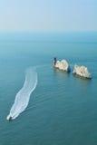 Άσπροι βράχοι απότομων βράχων των βελόνων στο Isle of Wight, Αγγλία Στοκ εικόνες με δικαίωμα ελεύθερης χρήσης