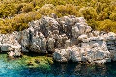 Άσπροι βράχοι και σμαραγδένιο νερό στη θάλασσα, τοπ άποψη Εξόρμηση στους κόλπους Marmaris στοκ εικόνες