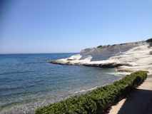Άσπροι βράχοι στη θάλασσα Στοκ φωτογραφία με δικαίωμα ελεύθερης χρήσης
