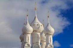 Άσπροι θόλοι της ρωσικής Ορθόδοξης Εκκλησίας στοκ φωτογραφία