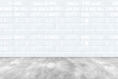 Άσπροι κεραμικού πλίνθου τοίχος κεραμιδιών και πάτωμα τσιμέντου Στοκ φωτογραφίες με δικαίωμα ελεύθερης χρήσης