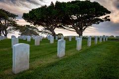 Άσπροι μαρμάρινοι σοβαροί δείκτες στο στρατιωτικό νεκροταφείο στοκ εικόνα