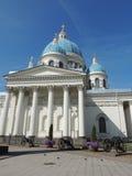 Άσπροι μπλε θόλοι εκκλησιών με τα χρυσές αστέρια και τις στήλες στοκ φωτογραφία