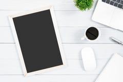Άσπροι ξύλινοι πίνακας και εξοπλισμός γραφείων γραφείων για με το blac Στοκ φωτογραφία με δικαίωμα ελεύθερης χρήσης