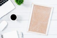 Άσπροι ξύλινοι πίνακας και εξοπλισμός γραφείων γραφείων για με το blac Στοκ Εικόνα