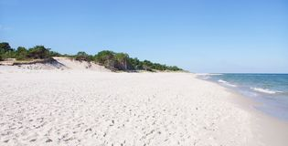 Άσπροι παραλία και αμμόλοφοι Στοκ Εικόνες