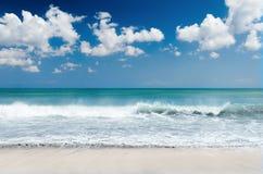 Άσπροι παραλία και μπλε ουρανός άμμου στοκ φωτογραφίες