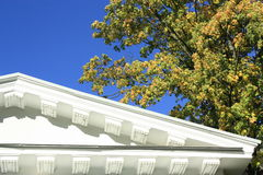 Άσπροι στέγη και μπλε ουρανός Στοκ εικόνες με δικαίωμα ελεύθερης χρήσης
