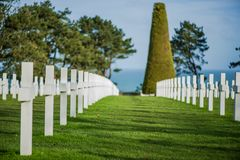 Άσπροι σταυροί στο αμερικανικό νεκροταφείο, παραλία της Ομάχα, Νορμανδία, φράγκο στοκ φωτογραφία με δικαίωμα ελεύθερης χρήσης