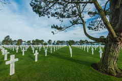 Άσπροι σταυροί στο αμερικανικό νεκροταφείο, παραλία της Ομάχα, Νορμανδία, φράγκο Στοκ Φωτογραφίες
