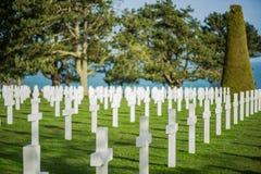 Άσπροι σταυροί στο αμερικανικό νεκροταφείο, παραλία της Ομάχα, Νορμανδία, φράγκο Στοκ φωτογραφίες με δικαίωμα ελεύθερης χρήσης