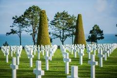 Άσπροι σταυροί στο αμερικανικό νεκροταφείο, παραλία της Ομάχα, Νορμανδία, φράγκο Στοκ Εικόνες