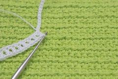 Άσπροι σχέδιο αλυσίδων βαμβακιού τσιγγελακιών οργανικοί και γάντζος χάλυβα στο πράσινο υπόβαθρο Ιρλανδικό νυφικό ύφος τεχνών δαντ Στοκ Εικόνα