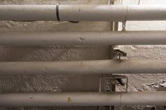Άσπροι σωλήνες ενάντια σε έναν τοίχο Στοκ Φωτογραφία