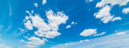 Άσπροι σωρείτης και μπλε ουρανός στοκ εικόνα με δικαίωμα ελεύθερης χρήσης