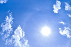 Άσπροι σύννεφα και μπλε ουρανός με τον ήλιο στη μεσημβρία στοκ εικόνες με δικαίωμα ελεύθερης χρήσης