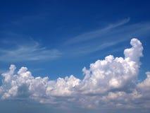 Άσπροι σύννεφα και μπλε ουρανός Στοκ Εικόνες