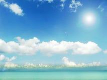 άσπροι σύννεφο μπλε ουρανού ηλιοφάνειας και ωκεανός aqua Στοκ Εικόνα