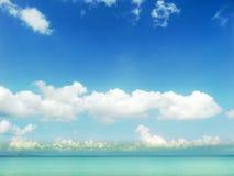 άσπροι σύννεφο μπλε ουρανού και ωκεανός aqua Στοκ φωτογραφίες με δικαίωμα ελεύθερης χρήσης