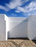 Άσπροι τοίχος και ουρανός Στοκ φωτογραφίες με δικαίωμα ελεύθερης χρήσης