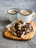 Άσπροι φοντάν και καφές σοκολάτας με το γάλα Στοκ φωτογραφία με δικαίωμα ελεύθερης χρήσης