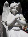 Άσπρος άγγελος ασβεστοκονιάματος ως φύλακα του τάφου στο νεκροταφείο στοκ φωτογραφία
