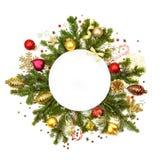 Άσπρος άσπρος κύκλος Χριστουγέννων με τα μπιχλιμπίδια, τα αστέρια και το έλατο - isol Στοκ Εικόνα