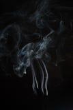 Άσπρος ή γκρίζος καπνός στο σκοτεινό υπόβαθρο Στοκ φωτογραφία με δικαίωμα ελεύθερης χρήσης