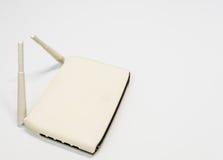 Άσπρος ασύρματος δρομολογητής με την κεραία δύο στοκ εικόνα με δικαίωμα ελεύθερης χρήσης